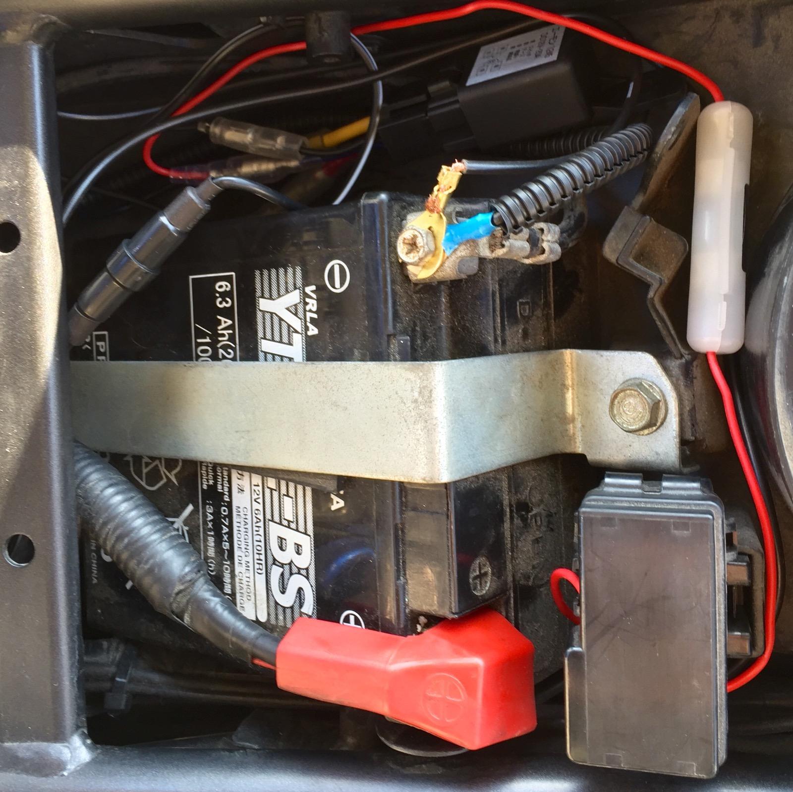 CBR250RにUSBポート回路を配線して整理したところ